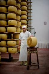 Cheese Master: Mirco Tone lavora tutti i giorni, durante tutto l'anno, per fare il vero parmigiano.  Foto: Honkon Sæbø / Finansavisen