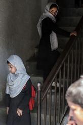 Cuando los talibanes ocuparon el poder por última vez en Afganistán, casi solo los niños podían ir a la escuela.  20 años después, el número de estudiantes se ha multiplicado por diez y alrededor del 40 por ciento de los estudiantes son niñas.  - Los talibanes comprenden que la educación es importante y no quieren poner límites a todo lo que se ha logrado.  Pero dicen que deberían mirar todo de acuerdo con las tradiciones islámicas y la cultura afgana, y esa es la clave para comprender cómo moldearán el sistema educativo en el futuro, dice Kai Eide.  Foto: Bulent Kilic / AFP / NTB