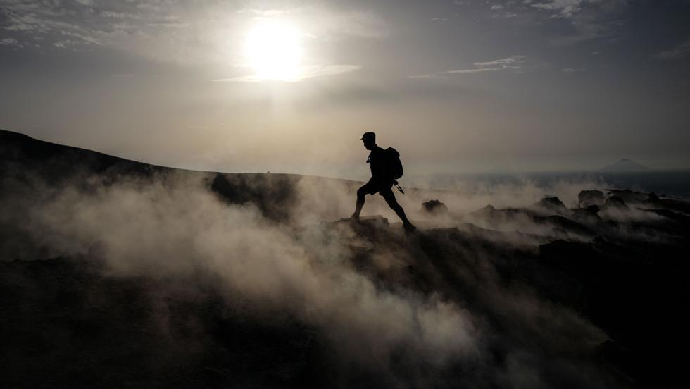 Ecco un visitatore in viaggio verso un vulcano spento dell'isola.  Foto: Valerie Hach / AFP / NTB