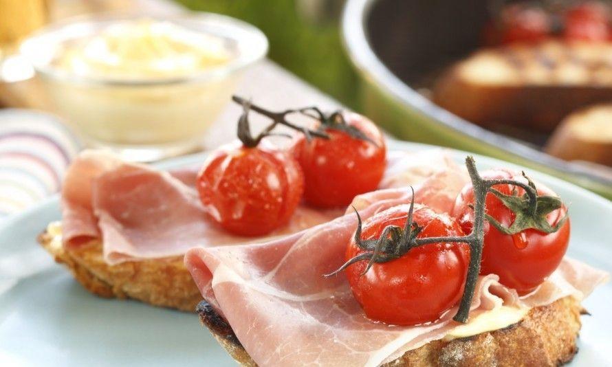 La bruschetta con pancetta, aglio e azolli con pomodori lessi è un fresco e semplice antipasto estivo italiano o un piccolo piatto alla griglia.  Foto: Brodogkorn.no