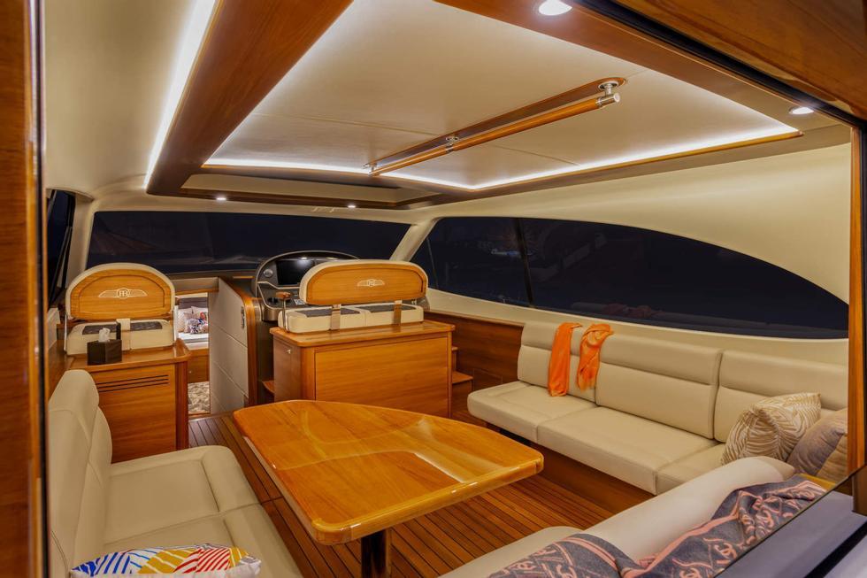 Apertura: Le finestre di vetro e la parete posteriore possono essere aperte e chiuse.  La barca ha un piccolo tetto apribile.  Foto: Palm Beach