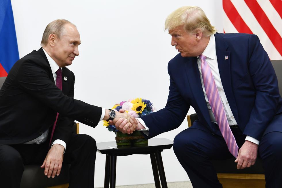 De Amerikaanse president Donald Trump ontmoette de Russische president Vladimir Poetin in Osaka op 28 juni 2019. Hij zou iets tegen Poetin hebben gezegd dat alleen voor zijn oren was.  Foto: Brendan Smialowski/AFP/NTB
