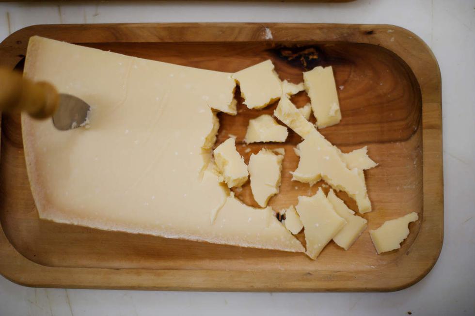 Processo lungo: ci vogliono molti anni prima che il formaggio decolli fino a quando il formaggio è maturo e pronto per essere servito.  Il parmigiano sotto i tre anni spesso diventa amaro.  Foto: Honkon Sæbø / Finansavisen