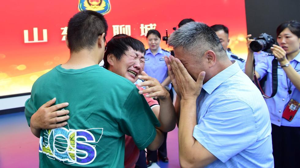 Qui, i genitori si riuniscono con Guo Xinzhen, 26 anni, 24 anni dopo la sua scomparsa dal giardino di famiglia.  Foto: China Daily/Reuters/NTP