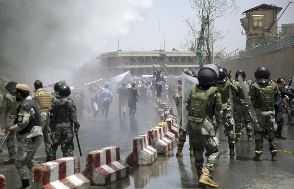 Fredag 2. juni kastet demonstranter steiner på politiet i Kabul. Foto: Massoud Hossaini / AP