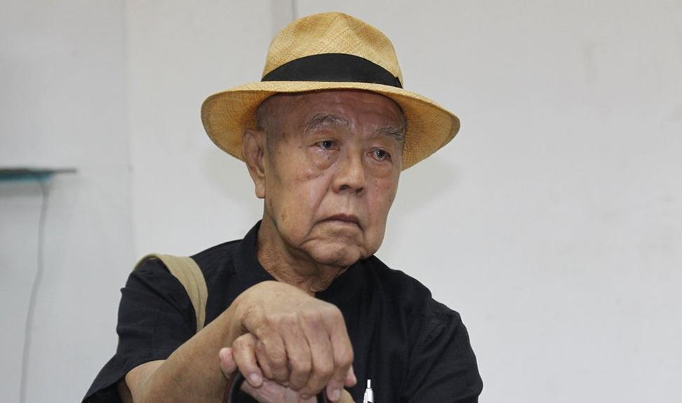 Mandag ble den thailandske buddhisten og aktivisten Sulak Sivaraksa (84) bragt til en militærdomstol i Bangkok, tiltalt for å ha fornærmet monarkiet i Thailand. Striden dreier seg om en over 400 år gammel heltehistorie. Foto: AP / NTB scanpix.