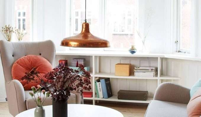 d76a044f KOMBINERT: – Det mørket tapetet trekker fokuset mot sofagruppen og rammer  inn møblene veldig fint