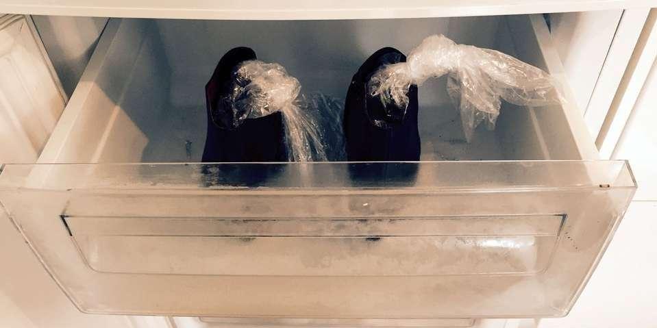 281054c0 <p>Ved å legge en pose med vann i skoene, sette skoene i