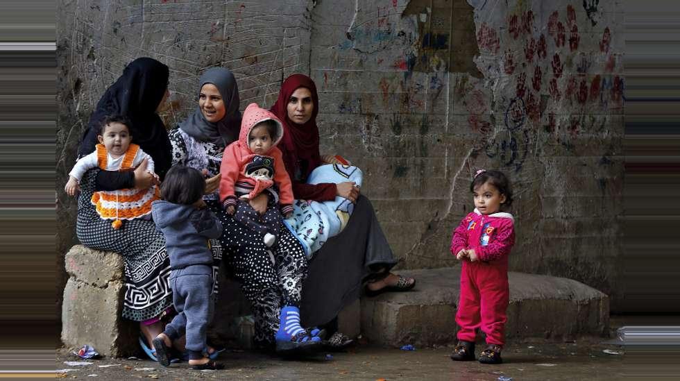 20db9360 Kvinner og menn rammes ulikt av krig og konflikt. Likevel står kvinner ofte  utenfor fredssamtaler