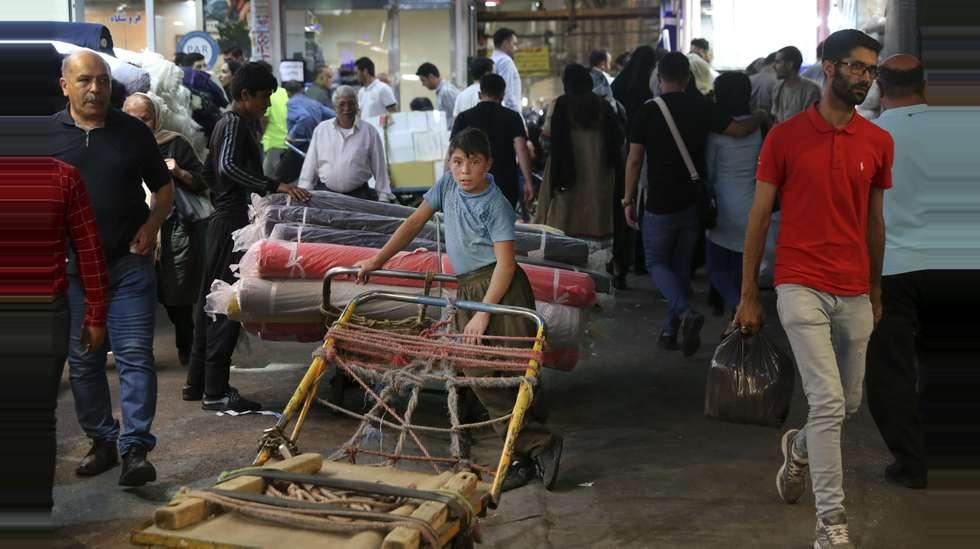 de781784 En ung arbeider på jobb i den gamle basaren i Teheran. Over 3 millioner  mennesker