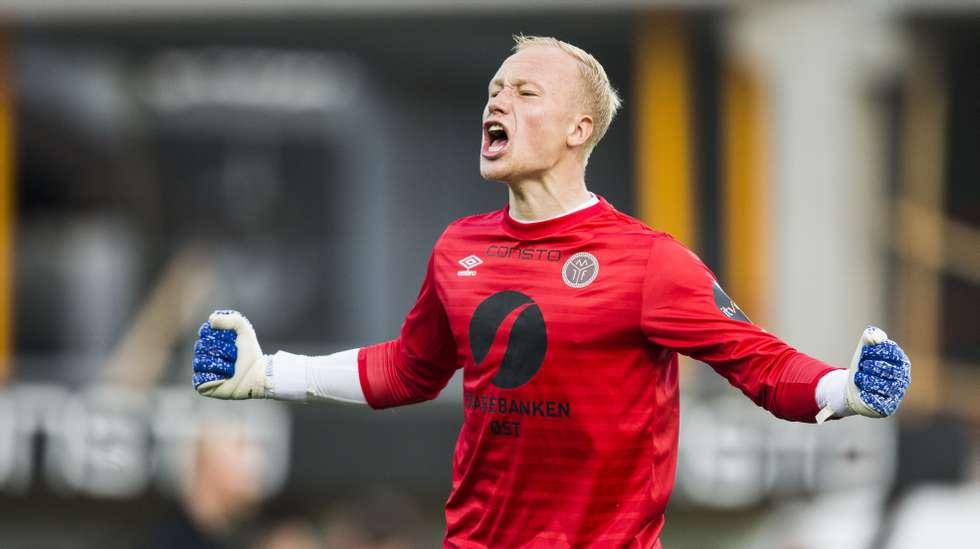 45b53a85 Spillere og trenere reagerer etter at en Odd-supporter løp ut på banen og  kastet en flaske på Mjøndalen-keeper Julian Faye Lund.