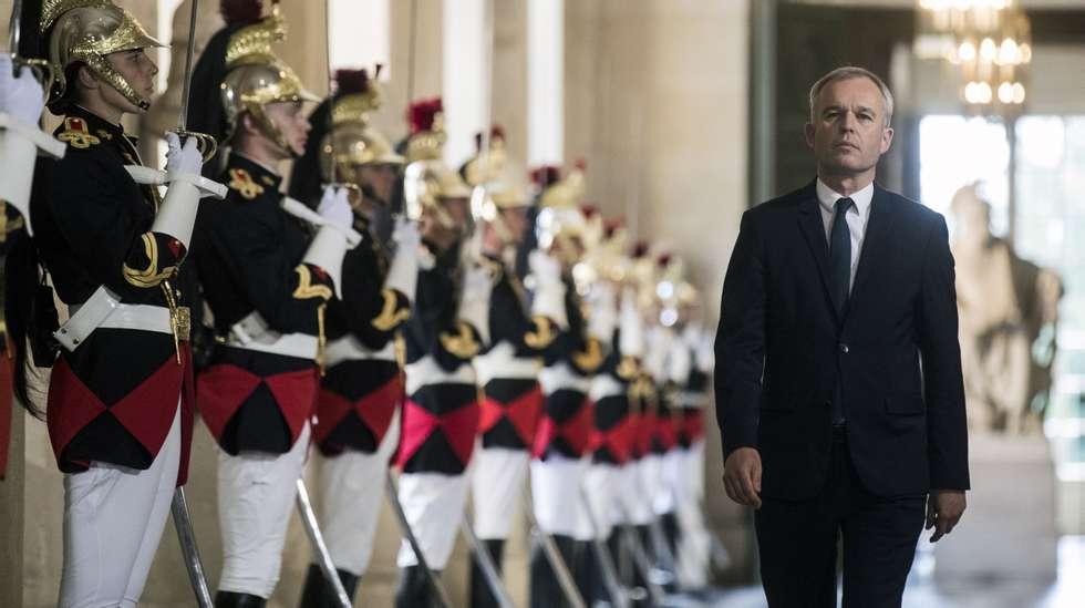 974e9b49 Dyr vin og for mye hummer tvinger fransk miljøvernminister til å gå
