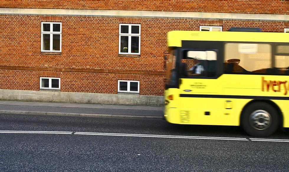 Hvilken øyenfarge har bussjåføren?